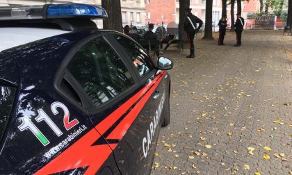 Clochard rapinato e aggredito in piazza
