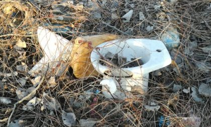 Discariche abusive, la pista ciclabile invasa dai rifiuti