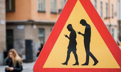 Pedoni e automobilisti con lo smartphone: arrivano i provvedimenti