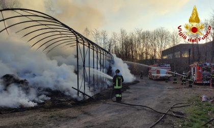 Incendio in un fienile, l'intervento per domare le fiamme