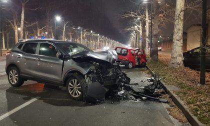 Ragazzo in gravi condizioni dopo lo schianto fra due auto