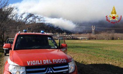 Incendio boschivo in valle, intervengono gli elicotteri IL VIDEO
