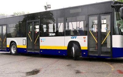 Papà molesta una ragazza su un bus