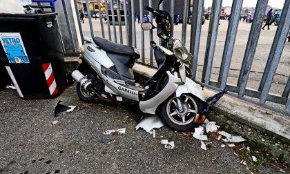 Scooter abbandonato da mesi nell'area mercatale: di chi è?