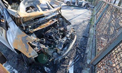 Tre auto incendiate in centro, indagano i carabinieri
