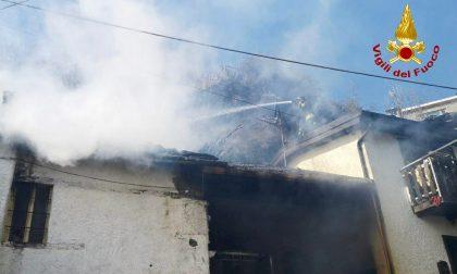 In fiamme un'abitazione, intervento ancora in corso