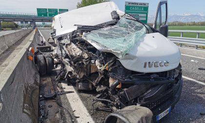 Incidente in tangenziale: furgone perde il carico, ferito il conducente