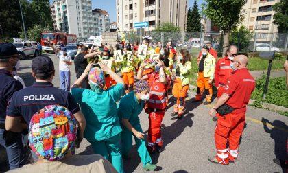 Flash mob davanti all'ospedale Giovanni Bosco per ringraziare il personale sanitario attivo durante l'emergenza. FOTO