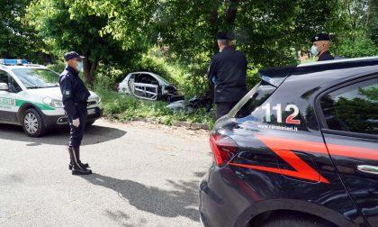 Auto rubata nella discarica abusiva, l'intervento delle Forze dell'Ordine
