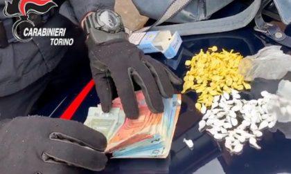 Lanciava dosi di droga ai clienti, arrestato pusher