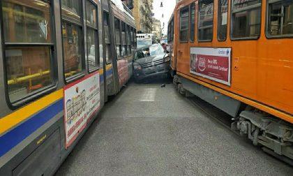 Resta incastrato tra due tram, automobilista illeso – LE FOTO