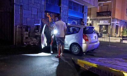 Rubano auto parcheggiata e si schiantano contro un palazzo. E' caccia ai due malviventi
