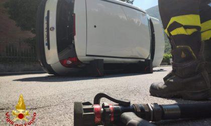 Incidente tra due Fiat Panda, una si ribalta in mezzo alla strada