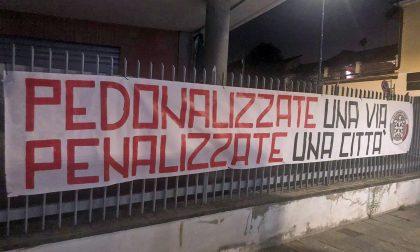 Striscione di CasaPound contro la nuova via Italia pedonale