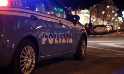Strappano il borsello e fuggono ma vengono individuati in un palazzo: in arresto due rapinatori