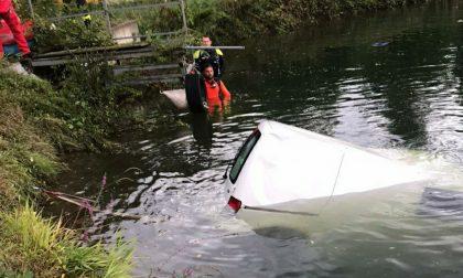L'auto scivola nel laghetto, intervengono i vigili del fuoco
