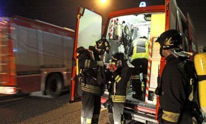 Incendio alloggio nella notte, ustionato un residente