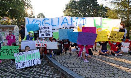 Non toccate le nostre maestre, la protesta di insegnanti, bimbi e genitori