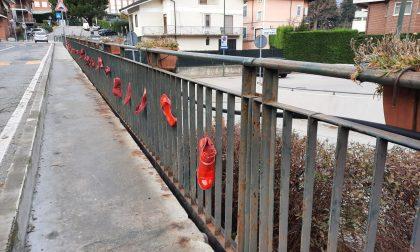 Basta violenza contro le donne: 73 scarpe rosse per ricordare le vittime di femminicidio nel 2019