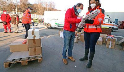 """Consegna dei pacchi spesa per le famiglie in difficoltà, """"angeli"""" di nuovo in azione"""