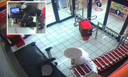 Il video del rapinatore acrobata che scivola sotto le saracinesche