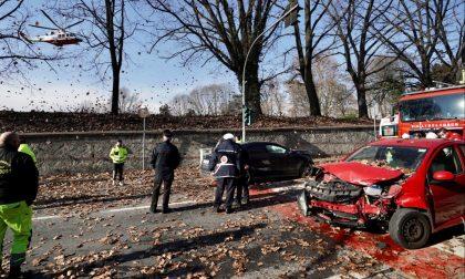 Schianto frontale tra due auto, i conducenti in ospedale