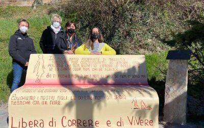"""Rivalba inaugura una panchina rossa  per dire """"basta"""" alla violenza sulle donne"""