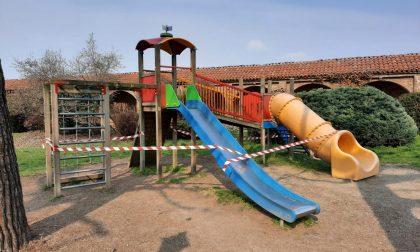 """Giochi per bambini e attrezzi ginnnici """"vietati"""" nei parchi"""
