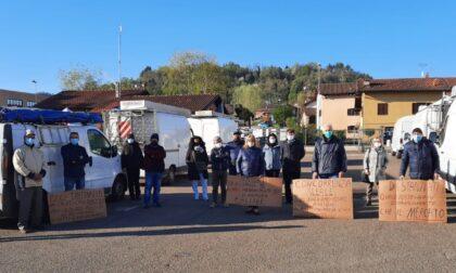 """La protesta dei commercianti extra alimentari al mercato di Gassino: """"Vogliamo lavorare"""""""
