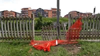 """Barriere divelte tra i binari ed il parco giochi per bambini. I residenti: """"Un grosso pericolo"""""""
