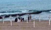 Sesso irrefrenabile: atti osceni dalle spiagge alle aiuole (ma le multe...)