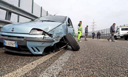 Incidente stradale sul cavalcavia, due auto coinvolte