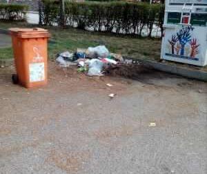 Ancora rifiuti sparsi in tutto il parcheggio a San Mauro