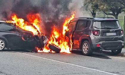 Incidente frontale, due auto travolte dalle fiamme